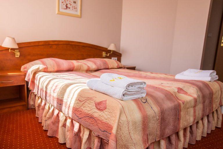 Łóżko małżeńskie w pokoju SUPERIOR
