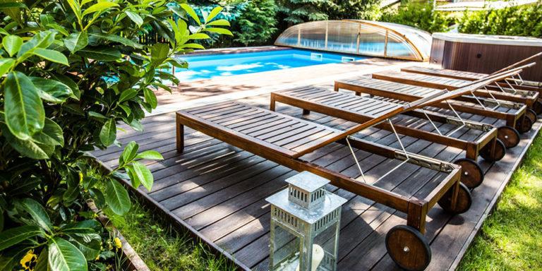 Leżaki przy basenie hotelowym Villa Verdi Pleasure & SPA Łeba