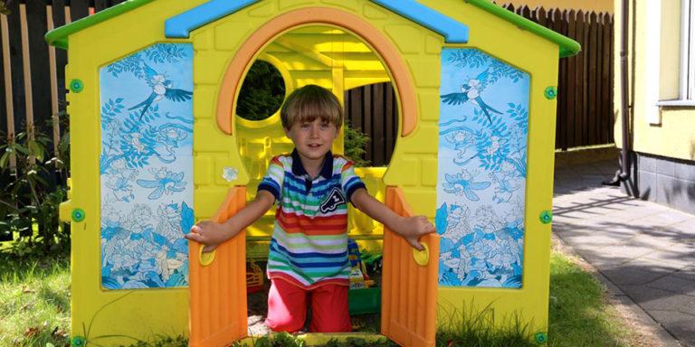 Domek dla dzieci na placu zabaw w hotelu z basenem Villa Verdi Łeba