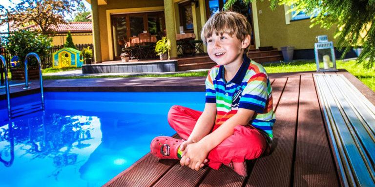 Dziecko nad basenem przy Villa Verdi Łeba