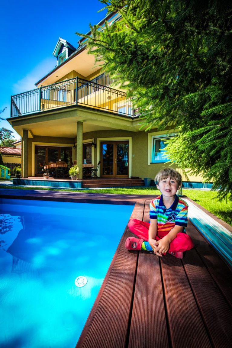 Dziecko przy basenie w Villa Verdi Łeba