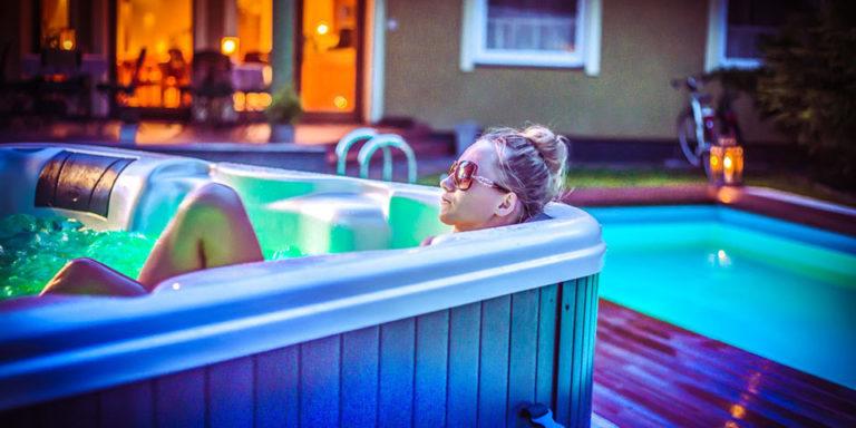 Dziewczyna w jacuzzi w hotelu z basenem Villa Verdi Pleasure & SPA Łeba